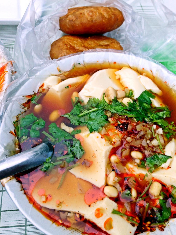 油汪汪的豆腐脑,早上来一碗带辣椒油的豆腐脑,那叫个爽啊莱迪美食南京图片