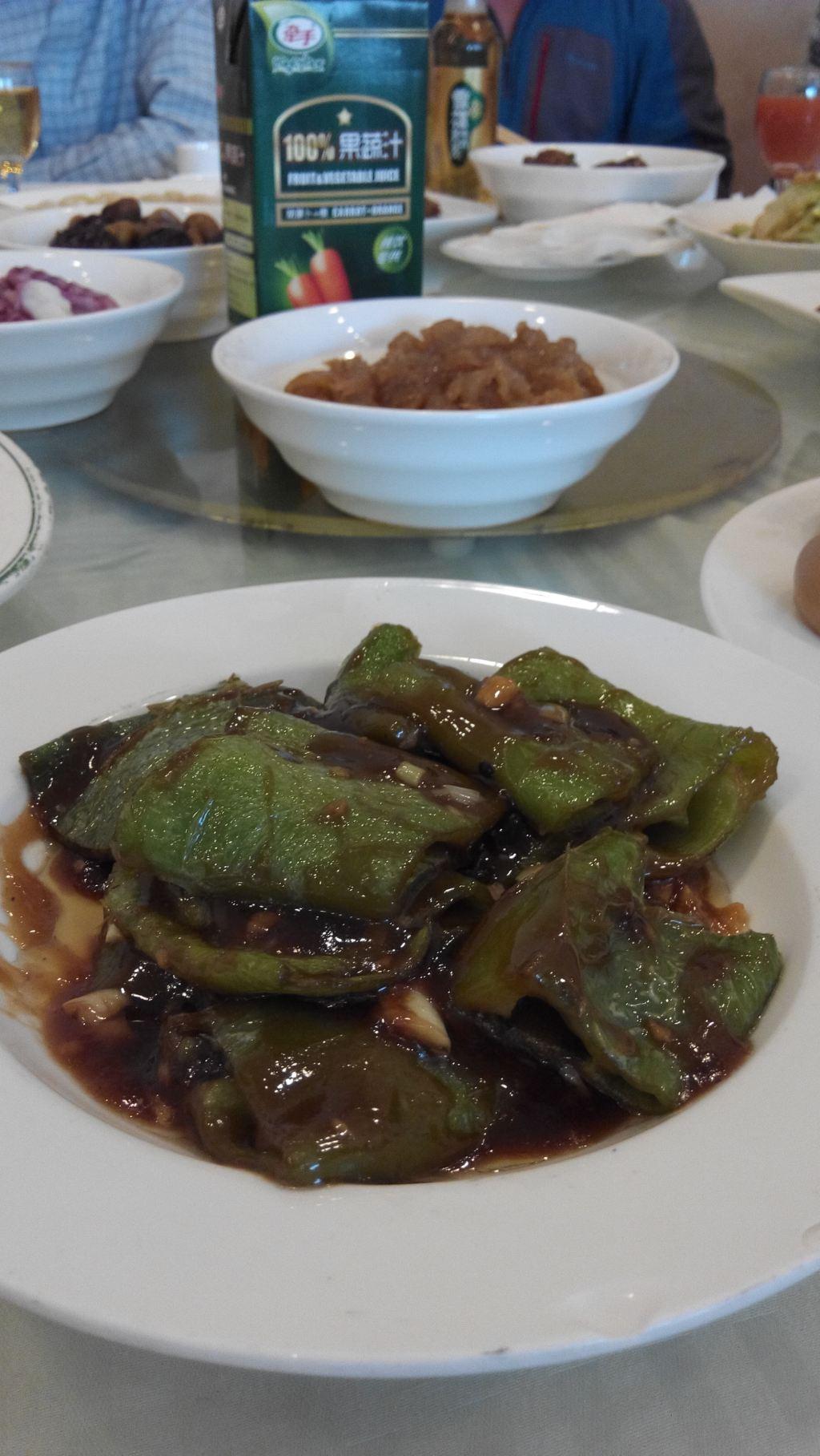 郭林家常菜在北京有不少的分店,六道口的这家算是比较大也算是比较高档的餐厅了。餐厅的位置就在金码大厦的对面,非常好找。院子里有停车的地方。这里离家比较近,也是我们最常来吃的饭店之一了。一直感觉这里的菜不错,味道好吃,样式也比较好看,种类很多,时不时的推出新的菜品。这里一楼是大厅,桌子不少,但每次去的时候人都是很多,去晚了就要等座位了。2楼主要是包房,房间也不少,不过也经常订不到桌位。郭林主要以家常菜为主,菜的价格不算太贵,这家店好像比其他店价格高一些,不过这里的环境和服务都要好一些。上周,有两位同事结婚请客