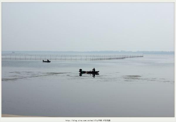 """东平湖中的小岛叫""""聚义岛"""",岛呈椭圆形,据说历史上曾是九省御道,设有"""