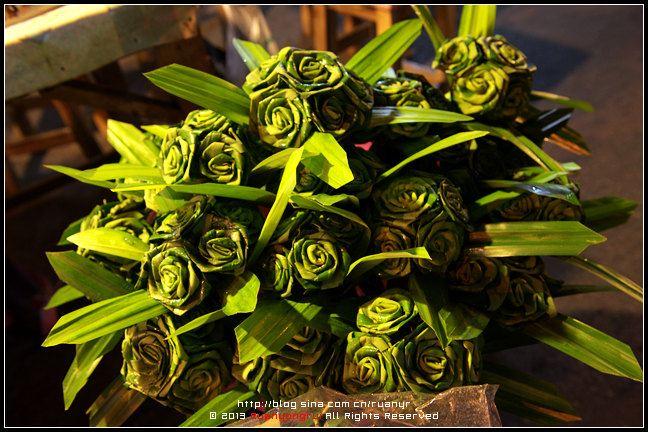 学着用棕榈叶亲手编一朵绿色的玫瑰花.图片