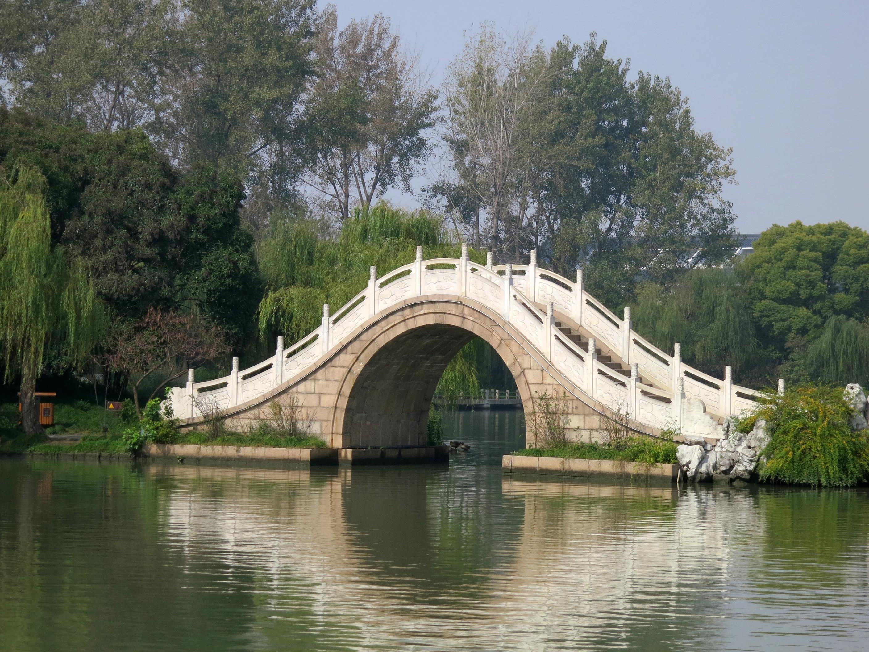 """这就是在扬州流传至今的""""一夜造塔""""的故事. 白塔高 27."""