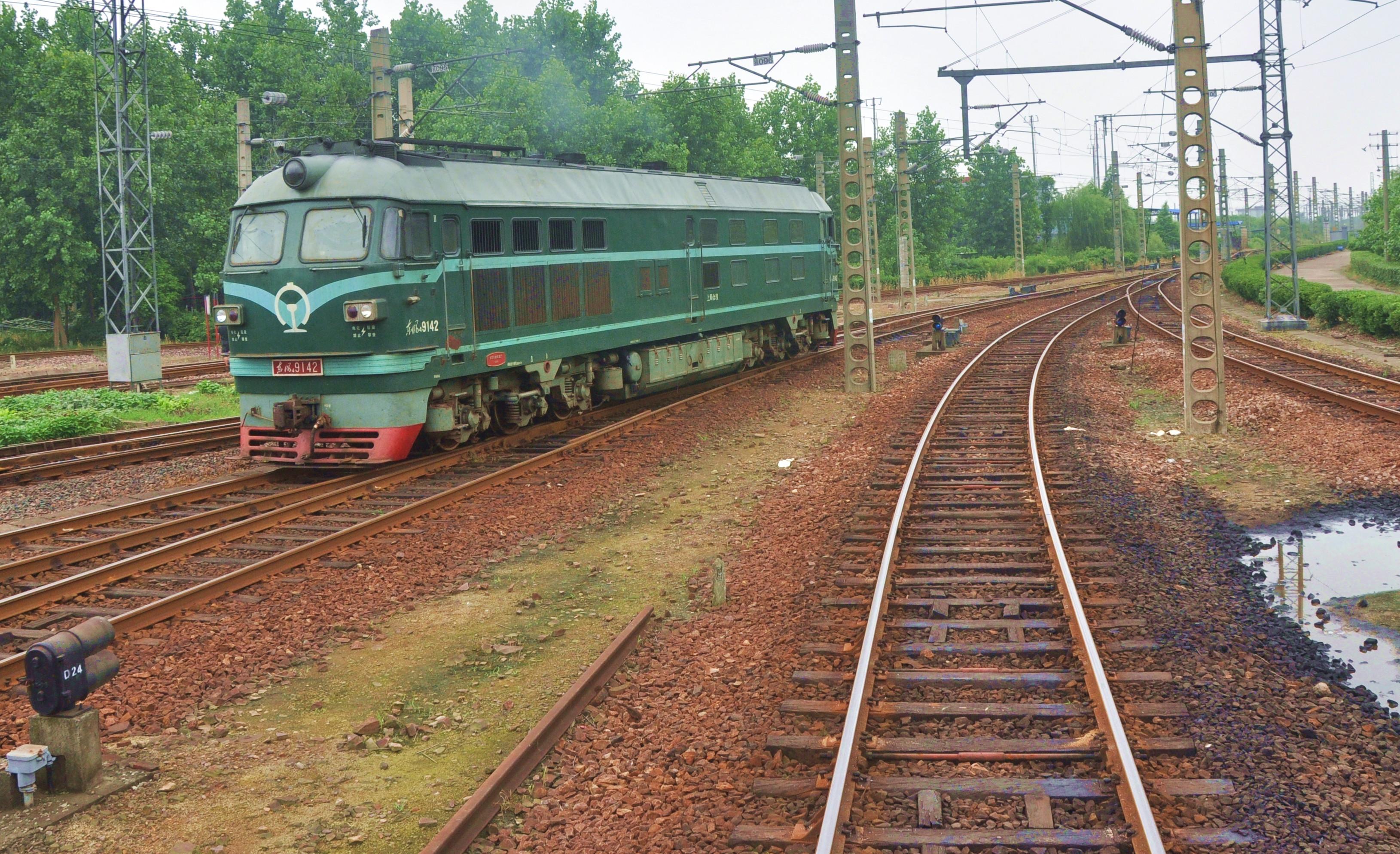 感谢 @漂流的木木 推荐 离开,让一切有了重新被原谅的理由。 高考前脑子里一直在想这句话,总想去很远的地方,想着在一个新的地方重新开始。 我的家乡没有火车,小时候看电视里的那些老火车站,站台,绿皮火车,就觉得他们是有魔法的,给人追逐梦想的勇气 在没有高铁,而机票又是天价的年代,火车对我来说的意义就是远行。 读大学以后,开始一个人出去玩,一个人坐车,一个人看风景,一个人走走停停 我喜欢旅行,去不同的地方,看不同的风景,体验不同的生活。 我喜欢火车,喜欢慢悠悠的旅程,喜欢和同行者聊天,喜欢这种踏上未知的感觉