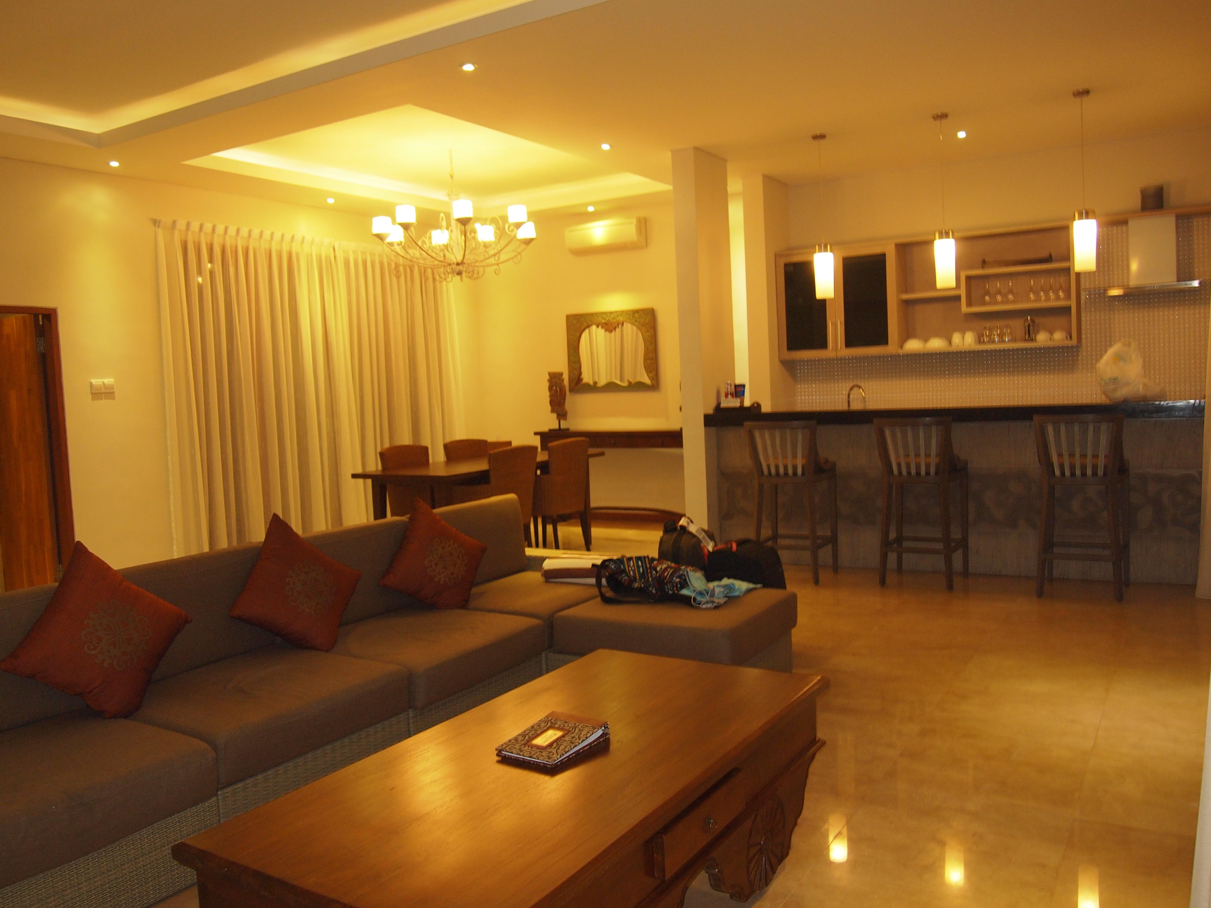 别墅的客厅,开放式厨房和餐厅