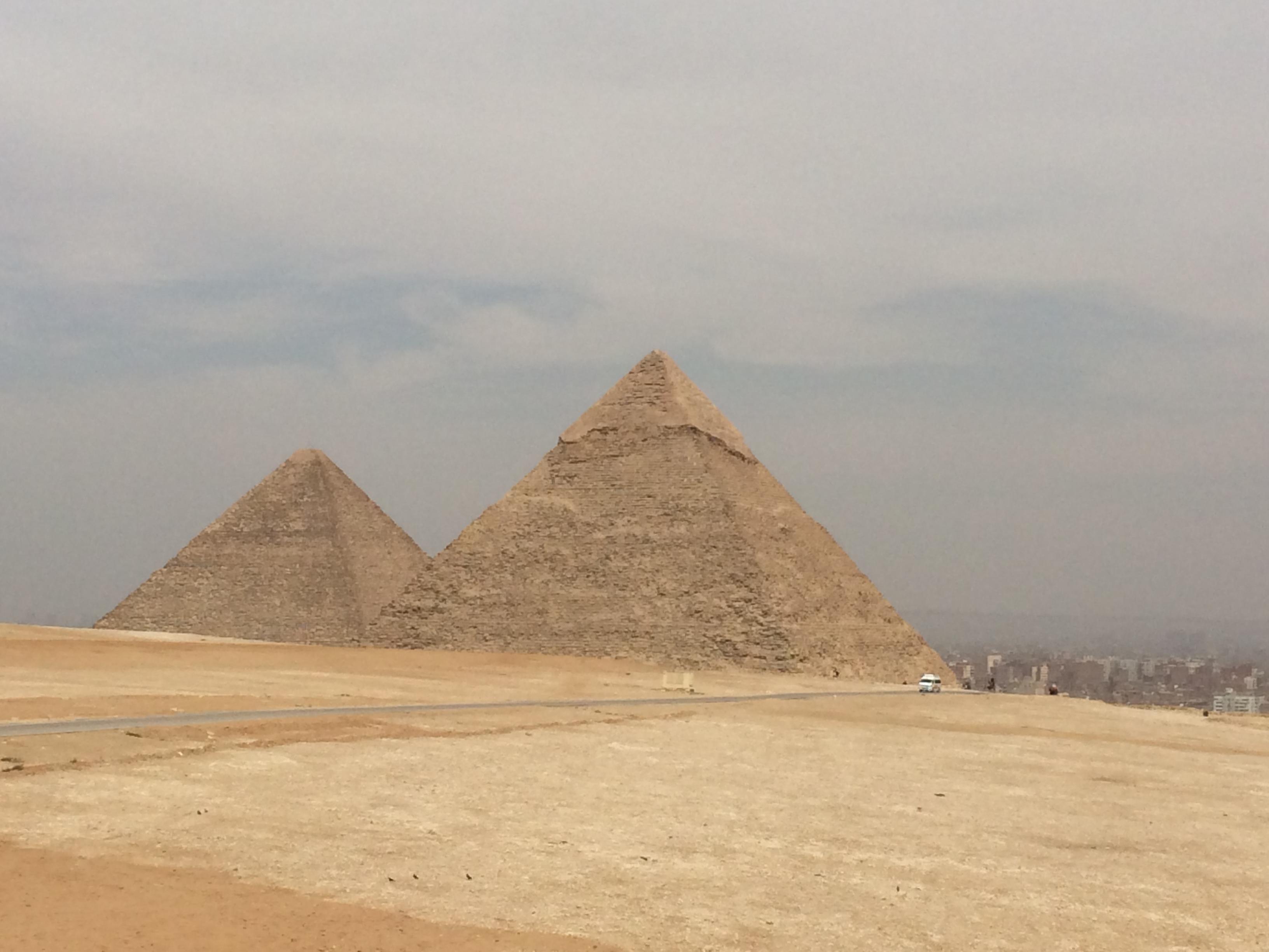 由于埃及道路不发达,开罗到达地中海新娘的亚历山大开了将近四个半小时。到了之后游览了夏宫花园(去过俄罗斯的夏宫,这里若爆了。。。似乎不应该在这里说这个),还有庞贝柱,很孤单的屹立在罗哈克提斯的山丘上,作为亚历山大主要的景点,吸引着向我们这样的客人源源不断的去参观拍照~最后一个是奎贝堡,原来的灯塔遗址,在当时,埃及海岸简直是古代水手的一个噩梦,海岸线平坦,但是地下暗藏着暗礁和浅滩。那么这个奎贝堡的由来是因为公元前280年前一个秋天的夜晚,一艘皇家喜船在这里触礁沉没了,皇亲国戚及欧洲取来的新娘都葬身在了这片大海