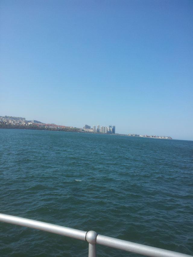 烟台东边,东边就是海,17路双层大巴从火车站到养马岛
