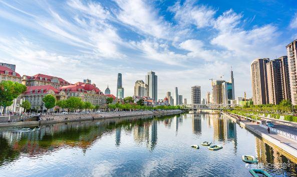 "<p class=""inset-p"">海河穿天津城区而过,是天津的母亲河。两岸就是天津最繁华的街区,同时也聚集了很多优雅的历史建筑,西洋与中式、古典和繁华交织,景观浪漫。在这里漫步、观光、乘船都很不错,夜晚时的景色更是分外迷人。</p><p class=""inset-p"">游玩海河,最精华的区域位于北侧的<a href=""http://you.ctrip.com/sight/tianjin154/56364.html"" target=""_blank"" class=""inset-p-link"">天津之眼</a>到南侧的大光明桥(近小白楼)之间,一路走走玩玩,可能要花上1整天的时间。沿途有天津之眼的浪漫优美、<a href=""http://you.ctrip.com/sight/tianjin154/10729.html"" target=""_blank"" class=""inset-p-link"">古文化街</a>的民俗韵味、<a href=""http://you.ctrip.com/sight/tianjin154/110319.html"" target=""_blank"" class=""inset-p-link"">意大利风情区</a>的异国风情等等,尤其值得一看的就是海河两侧众多的建筑,既有<a href=""http://you.ctrip.com/sight/tianjin154/1836952.html"" target=""_blank"" class=""inset-p-link"">津塔</a>、<a href=""http://you.ctrip.com/sight/tianjin154/1836953.html"" target=""_blank"" class=""inset-p-link"">津门</a>这种奢华壮观的现代大楼,也有很多民国时期的西洋建筑,海河上的很多桥也都造型各异,十分好看。</p><p class=""inset-p"">夜晚是观赏海河的好时间,两侧华灯初上,景色非常漂亮,若要拍摄夜景,推荐天津之眼、津塔津门、天津火车站等几个地方。另外,也可以乘坐海河游船沿途观光,古文化街、大悲院、天津站几处都有码头,价格大约100元左右。</p>"