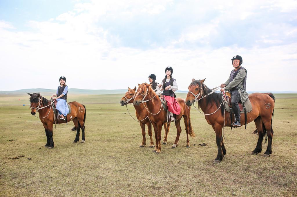 骑姐姐免费成人网站_和我们 四川阿坝 里面的骑马不同的是,这里的马场看起来要正规些.
