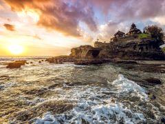 在巴厘岛等一场海上日出