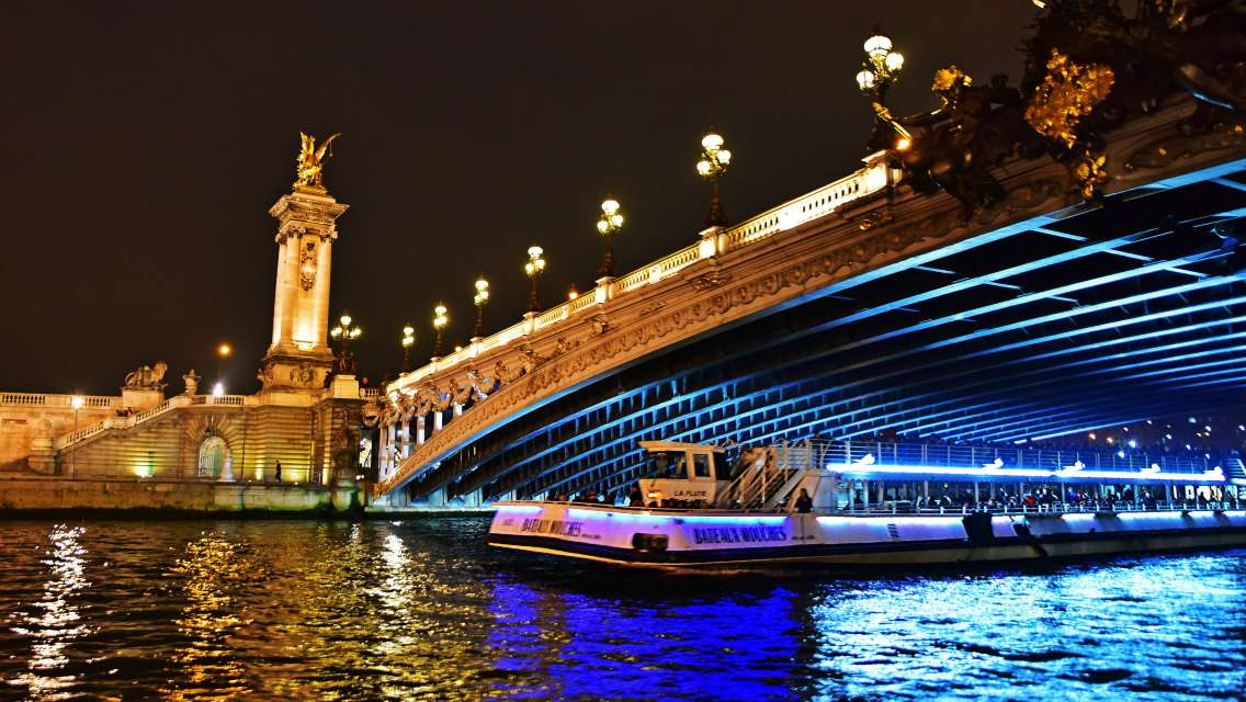 Eiffel Tower Dinner+Seine Cruise+Moulin Rouge Show (½ bottle of champagne can be chosen)