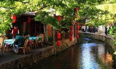丽江十里铺美食商业街-丽江-居住林间小屋的人