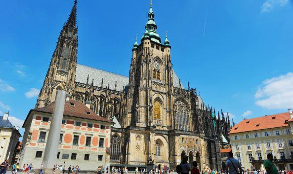 """<p class=""""inset-p"""">圣维特大教堂是布拉格最大、最重要的教堂,也是当年王室加冕和辞世后的长眠之所。教堂位于<a href=""""http://you.ctrip.com/sight/prague822/25447.html"""" class=""""inset-p-link"""">布拉格城堡</a>第三中庭内,始建于14世纪,耗时六百余年才竣工。这座令无数建筑师呕心沥血的建筑,宛如一件精雕细琢的艺术品般耐人寻味。</p><p class=""""inset-p""""><strong>夺目的玫瑰窗<br /></strong>教堂的主入口设在西立面,正门上方的玫瑰窗惊艳夺目,两旁的高塔直冲云霄,大门上精致的青铜浮雕描绘了捷克守护者圣瓦茨拉夫和圣阿达尔贝特(Szt. Wenceslas &amp; Szt. Adalbert)的生平,吸引了无数人驻足。</p><p class=""""inset-p""""><strong>教堂精美内饰<br /></strong>步入教堂抬头看,你会发现教堂内部由年代久远的石柱支撑,高耸的拱顶三两交错,呈迂回的""""之""""字形排开,十分奇特。精美的琉璃窗让教堂变得更为通透,不同年代、不同风格的木雕、石雕等装饰在这里相得益彰,整座教堂宛若一座博物馆,令人目不暇接。在左手边第三个小礼拜堂内,你可以欣赏到由捷克20世纪新艺术大师阿尔丰斯·慕夏(Alfons&nbsp;Mucha)创作的彩绘玻璃窗,描绘了圣西里尔与圣美多迪乌斯(Saints&nbsp;Cyril&nbsp;&amp;&nbsp;Methodius)传教布道的场景。</p><p class=""""inset-p""""><strong>内波穆克圣约翰之墓<br /></strong>教堂东南侧的内波穆克圣约翰之墓(John&nbsp;of&nbsp;Nepomuk)也是一大亮点,这尊圣人墓建造于1736年,由奥地利知名建筑设计师Joseph&nbsp;Emanuel&nbsp;von&nbsp;Erlach用2吨纯银打造,十分壮观。圣约翰雕像的神情和手势栩栩如生,上方雕刻着守护天使。</p><p class=""""inset-p""""><strong>瓦茨拉夫礼拜堂<br /></strong>瓦茨拉夫礼拜堂可以说是圣维特大教堂最值得看的一部分,礼拜堂建于14世纪,内有圣瓦茨拉夫的陵墓和遗物。为了保存他们,这个礼拜堂保留了和圣维特大教堂迥异的圆形罗马风格,看上去好似独立的另一空间。<br />圣瓦茨拉夫是将基督教带到捷克的第一人,后遭迫害罹难,其遗骸就葬在礼拜堂内。他的佩剑和头盔也都作为圣物珍藏在圣维特大教堂里。<br />礼拜堂墙壁上方的31幅壁画主要记载了他生前的事迹,下方则用1300块珍贵石材镶嵌镀金制成壁画,描述了圣经中的场景。礼拜堂内的小门通向南侧的密室,里面存放了圣维特大教堂的宝物——波西米亚国王的纯金皇冠、金球及权杖。目前并不向公众开放,不过,你可以在旁边的圣维特大教堂珍宝展览里看到它的复制品(须另行支付300克朗)。</p><p class=""""inset-p""""><strong>王室长眠之所</strong><br />沿着教堂的石梯来到地下墓室,这里安葬着波西米亚王室家族成员,国王查理四世、瓦茨拉夫一世和鲁道夫二世都长眠于此。</p><p class=""""inset-p""""><strong>奢华的""""金门""""<br /></strong>走出教堂别忘了去它的南立面看一看,这是圣维特大教堂装饰最为奢华的立面,有""""金门""""之称。这里曾经是圣维特大教堂的主入口,皇帝加冕时都由此入内。它由三个拱门组成,上方用四万多片马赛克描绘了《最后的审判》中的场景,画的中央分别是耶稣、圣徒、查理四世和皇后,左边描绘了凡人去世后升入天堂的情形,右面则描绘了入地狱的景象。</p><p class=""""inset-p""""><strong>登南塔鸟瞰布拉格<br /></strong>南立面的塔楼有96.5米高,另支付150克朗,你就可以爬过295级台阶登上塔顶,那里设有观景台,能欣赏布拉格城的迷人风景。<br />此外,你还可以近距离观赏南塔的大钟,这是捷克最古老、最庞大的巴洛克大钟,也是圣维特大教堂的宝物之一。大钟的下方是金色花窗,精美绝伦,也很值得一看。</p><p class=""""inset-p"""">参观完后,可以去近在咫尺的<a href=""""http://you.ctrip.com/sight/prague822/25450.html"""" class=""""inset-p-link"""">旧皇宫</a>一览,或者前往<a href=""""http://you.ctrip.com/sight/prague822/25447.html"""" class=""""inset-p-link"""">布拉格城堡</a>区的其他景点游玩。</p>"""