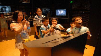 """上海电影博物馆3楼-""""声""""临其境配音区域,小朋友可以配机器人、怪兽、外星人的声音"""