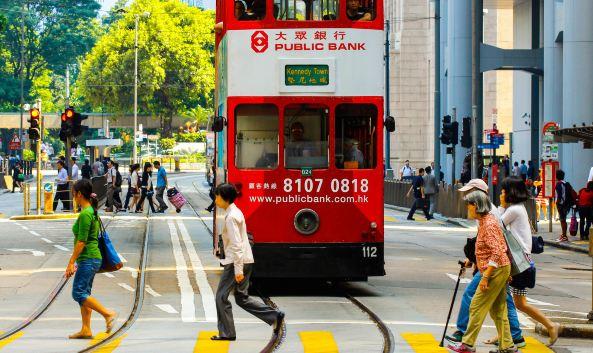 """<p class=""""inset-p"""">中环位于香港的中西区,是香港政治及商业中心,很多银行、跨国金融机构及外国领事馆都设在此。香港政府总部,立法会大楼,以及前港督府(现称礼宾府)也坐落于此。</p><p class=""""inset-p"""">中环的景观是殖民时期的建筑与现代高科技大厦的混合体,老建筑如立法会大楼,现代建筑如中银大厦、IFC国际金融中心等已成为香港地标,构成香港岛美丽和壮观的城市风景线。</p><p class=""""inset-p"""">中环沿山脚而上向山顶发展,很多街道要爬坡或爬楼梯,如石板街,还有无数次出现在TVB电视剧中的煤气灯街,这里最著名的景点是太平山顶,还有那世界最长的有盖扶手电梯——中环至半山自动扶梯。另外,香港夜生活的首选地——兰桂坊也位于中环云咸街与德己立街之间一条短小、狭窄、呈L形并用鹅卵石铺成的街巷中。</p><p class=""""inset-p"""">中环聚集了许多大型购物商场,置地广场、历山大厦、遮打大厦及太子大厦组成了奢侈品购物圈,知名餐厅也不胜枚举,多家著名米其林星级餐厅外,九记牛腩、兰芳园、镛记酒家、莲香楼都是值得推荐的美味,人气也很旺,要做好排队的准备。</p>"""