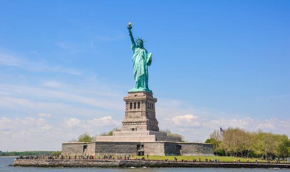 """<p class=""""inset-p"""">自由女神像是1876年法国赠送给美国独立100周年的礼物,被誉为美国的象征。自由女神穿着古希腊风格的服装,头戴光芒四射的冠冕,七道尖芒象征世界七大洲,右手高举象征自由的火炬,长达12米。特别在夜晚灯光照耀下显得更加神圣。</p><p class=""""inset-p""""><strong>轮渡路线</strong></p><p class=""""inset-p"""">从炮台公园出发:Battery Park——Liberty Island——Ellis Island——Battery Park</p><p class=""""inset-p"""">从自由州立公园出发:Liberty State Park——Ellis Island——Liberty Island——Liberty State Park</p><p class=""""inset-p"""">(由于两条航线在自由岛登陆的码头不同,建议记住登岛时的码头位置,以免返程时去错码头上错游船。)</p>"""