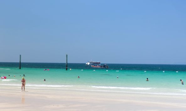<p class=&quot;inset-p&quot;>格兰岛又称可兰岛、珊瑚岛或者金沙岛,在这里可以饱览海底奇景,海水清澈,礁石、小鱼、海蜇等等尽收眼底;水上娱乐项目繁多,游客可选择新鲜刺激的海上降落伞项目、体验潜水等项目。岛上有住宿设施,可以过夜。</p><p class=&quot;inset-p&quot;><strong>多元的海滩选择</strong></p><p class=&quot;inset-p&quot;>格兰岛主要海滩有达元海滩、通朗海滩、桑湾海滩、天海滩、萨美海滩以及象牙湾。其中中国随团游客主要前往达元海滩,你既可享受在清澈湛蓝的水游泳,也可以享受香蕉船、摩托艇等各种水上活动;天海滩因为其宁静休闲深得泰国当地居民的喜爱,每逢周末就会有很多泰国家庭带着家眷到这里;萨美海滩是另外一个比较长的海滩,这里神的欧洲游客的喜欢,在这里经常可以看到金发女郎穿着性感的比基尼泳装、涂抹一身防晒霜或是橄榄油,在沙滩上铺一条大浴巾,毫无顾忌地享受日光浴;而象牙湾由于人迹罕至,所以成了好多情侣恋人的最佳选择。</p><p class=&quot;inset-p&quot;><strong>部分价格参考</strong></p><p class=&quot;inset-p&quot;>格兰岛因为其优美的岛屿风光,海滩风光已经成为泰国人以及外国游客来到芭提雅旅游的一个必经之地。<br />沙滩椅100泰铢/天,救生圈100泰铢/天,编辫子300-800泰铢,临时纹身200泰铢起以及储物箱出租和冲淋约40泰铢。</p>